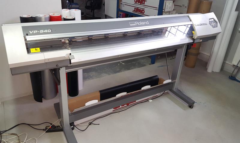 63af3bb26f57 ploter drukująco-tnący Roland VP-540 rok produkcji 2008. Maszyna używa  atramentów firmy